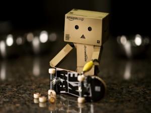 Postal: Danbo cambiando las ruedas a su monopatín