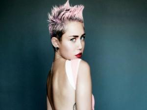 Miley Cyrus con el pelo rosa