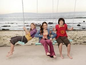 Los chicos de Hannah Montana en unos columpios
