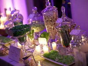 Postal: Botes y platos con caramelos verdes entre velas