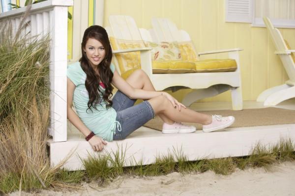 Una joven Miley Cyrus sonriendo