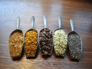 Postal: Grandes cucharas con especias y semillas