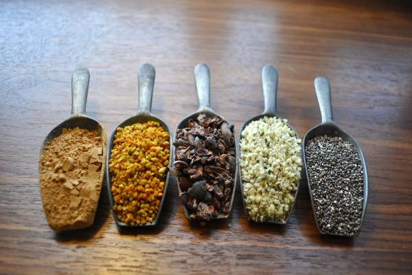 Grandes cucharas con especias y semillas