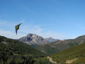 Cometa volando en las montañas