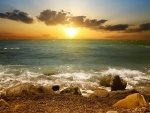 Un precioso atardecer visto desde una playa