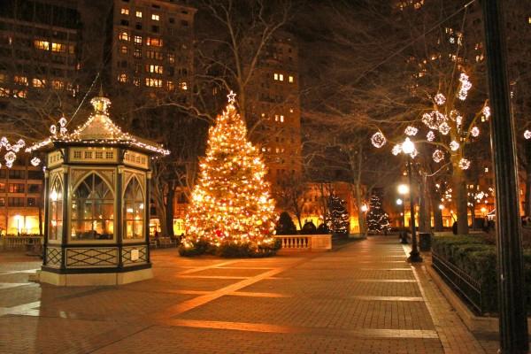Una plaza decorada en Navidad