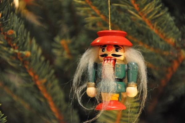Cascanueces colgado en el árbol de Navidad