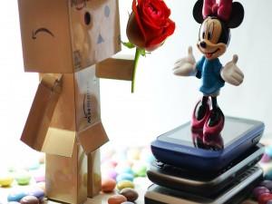 Postal: Danbo entregando una rosa a Minnie Mouse