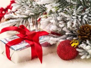 Adornos navideños junto a un pino