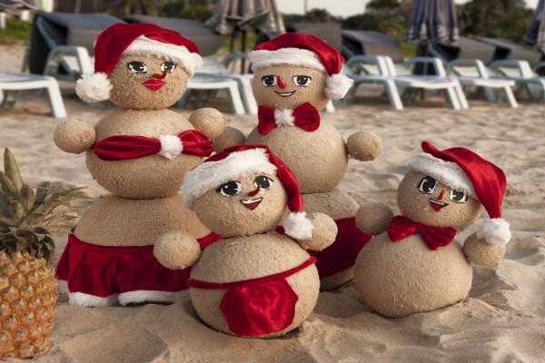 Muñecos navideños en la arena