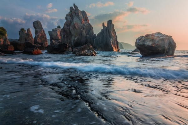 Pequeñas olas entre las grandes rocas