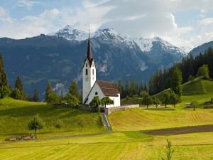 Iglesia en medio de un campo