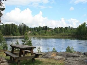 Postal: Mesa de madera junto al río