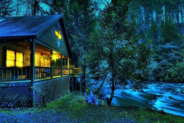 Bonita casa de campo junto a un río