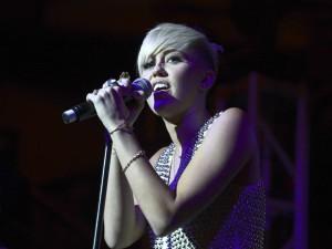 Postal: Miley Cyrus cantando sobre un escenario