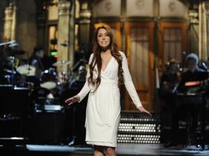 Una elegante Miley Cyrus cantando sobre un escenario