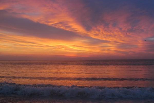 Suaves olas en una playa al amanecer
