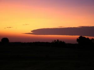 Gran nube en el cielo al atardecer