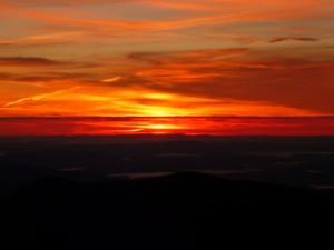 Postal: Cielo rojizo al amanecer