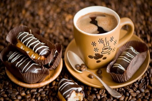 Taza de café acompañado de pasteles de chocolate