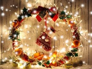 Corona con adornos para Navidad