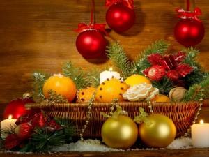 Cesta con adornos navideños