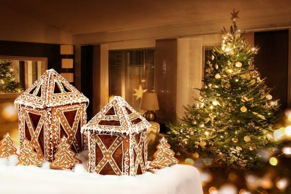 Faroles y árboles navideños de galleta decoran en Navidad