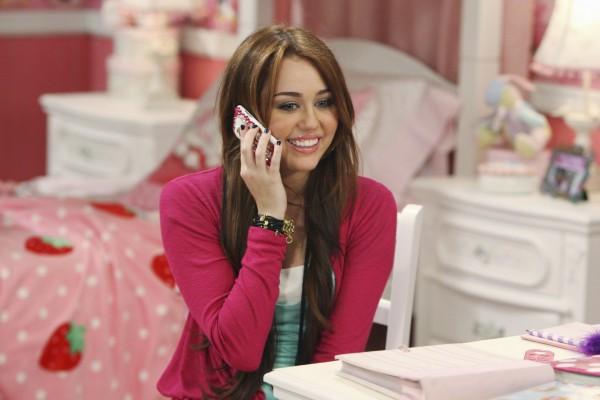 Miley Cyrus hablando por teléfono