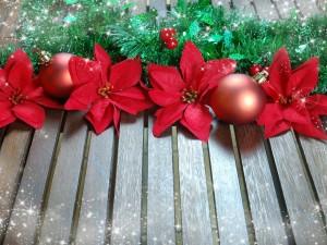 Postal: Decoración navideña sobre unas tablas de madera