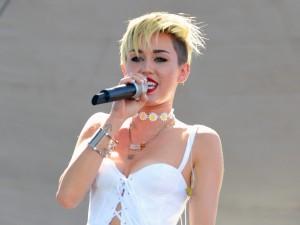 Miley Cyrus en un concierto al aire libre