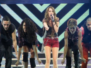 La cantante Miley Cyrus en la gira Wonder World