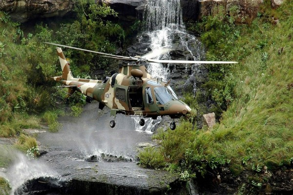 Helicóptero sobre una cascada