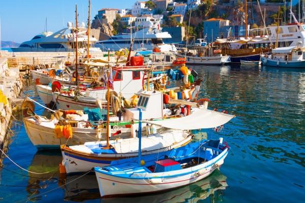 Barcos atracados en el muelle (Santorini, Grecia)