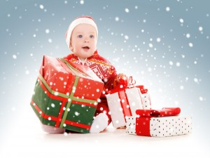 Postal: Bebé con regalos de Navidad