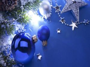 Lindos adornos y bolas azules para Navidad