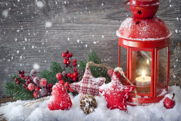 Farolillo rojo con una vela y adornos de Navidad