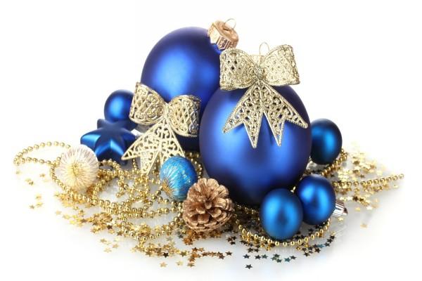 Bolas azules y otros adornos navideños dorados