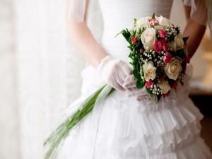 Postal: ¡Llegó el gran día! novia con un bello ramo
