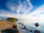 Piedras en la orilla del lago