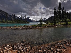 Un río próximo a las montañas