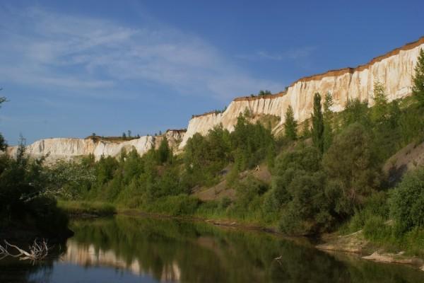 Curso de un río entre acantilados