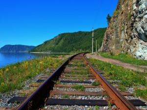 Vía de tren junto a un lago