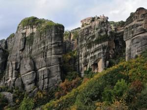 Postal: Edificios sobre una gran roca
