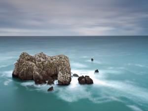 Rocas en un mar en calma