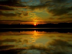 Postal: El sol del atardecer reflejado en el agua