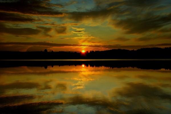 El sol del atardecer reflejado en el agua