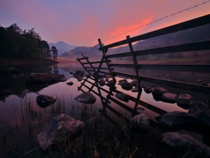 Valla de madera a orillas de un río