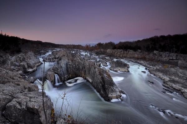 Corriente de agua entre grandes rocas
