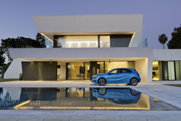 Un Mercedes-Benz Clase A de color azul junto a una casa