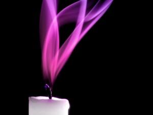 La llama rosa de una vela